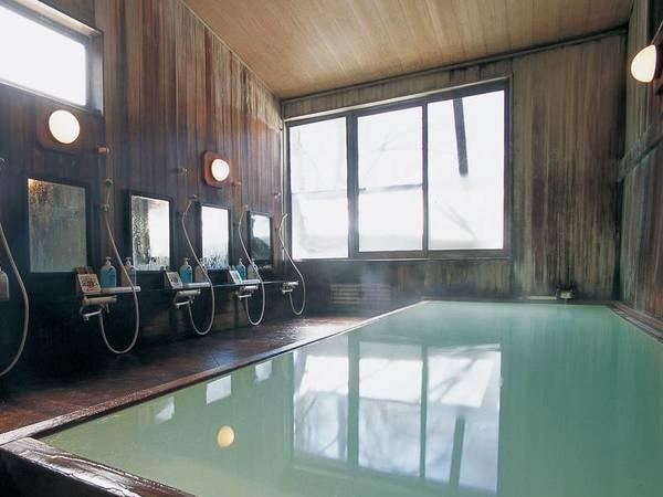 【乗鞍ホテル山百合】樹齢300年以上の高野槙の湯船注ぐ、100%かけ流しの乳白色の湯を堪能。硫黄の香り薫るにごり湯を愉しむ