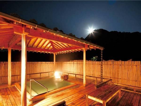 【岩室温泉 富士屋】硫黄の香り漂い、温度により色が変化する「自家源泉」を堪能