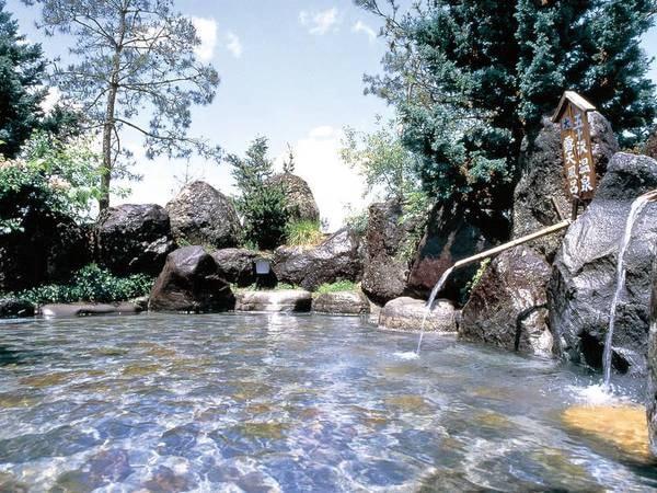 【五十沢温泉 ゆもとかん】硫黄の香り漂う自家源泉かけ流し! 珍しい岩風呂や湯量豊富な温泉が24時間愉しめ、地元客の日帰り利用でも人気の一件宿。また帰ってきたくなるようなおもてなし