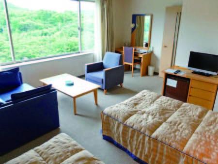 【山側洋室/例】ゆったり34平米の広さの客室にシングルベッド2つとソファセット付