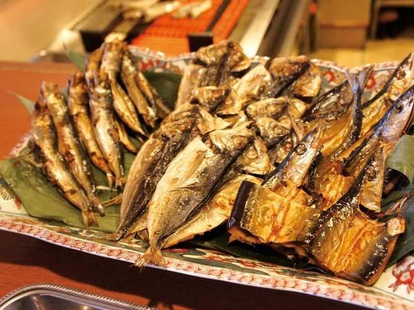 【朝食/例】焼き立ての魚が並ぶ