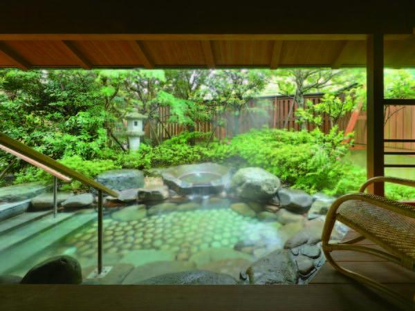 【海眺めの露天風呂 風の章】温泉露天岩風呂では、お肌がすべすべになると言われる美肌の湯を楽しめる