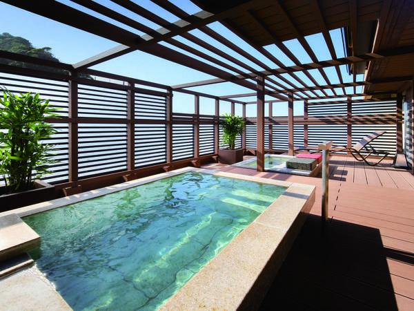 【ほおじろ/客室露天風呂】御影石の露天風呂でゆったりと。足湯や月見台も完備