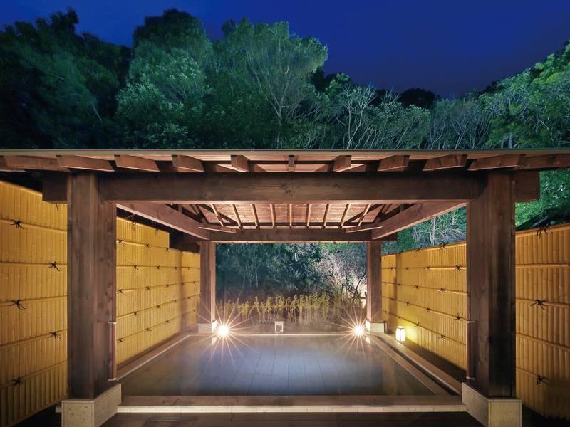 【大浴場「郷の湯」】ライトアップされ、幻想的な風情を醸し出す