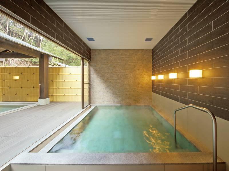 【大浴場「郷の湯」】全面ガラス張りで開放感のある内湯