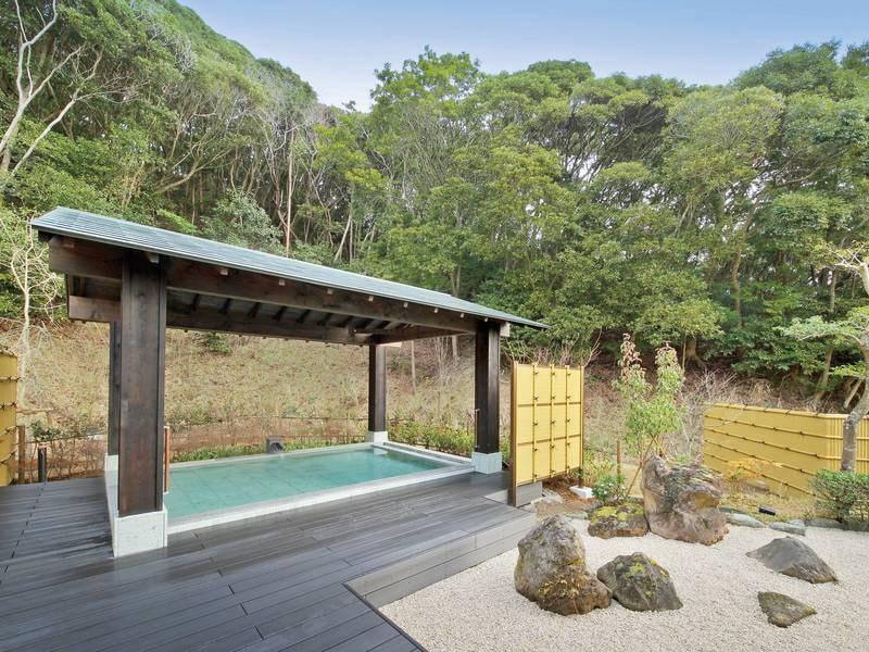 【大浴場「月の湯」】鳥のさえずりを聞きながら、自然の中で入る温泉は格別