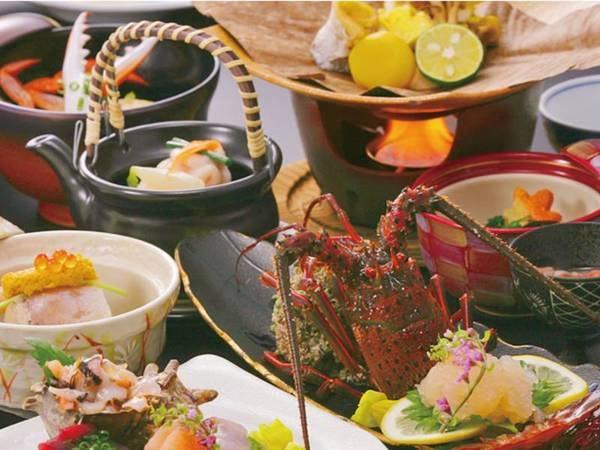 【夕食一例(伊勢海老活造り選択時)】毎月替わる献立で、季節の彩りを折り込む懐石料理