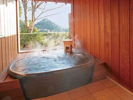 【本館・信楽焼露天風呂付客室/例】1階に位置し、長閑な山間を望む露天風呂付き