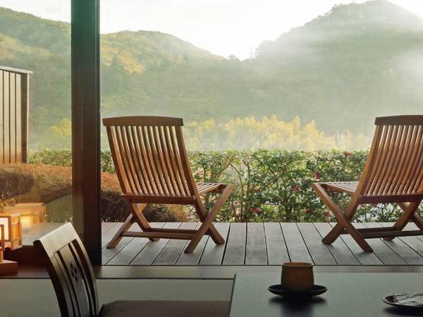 【本館・信楽焼露天風呂付客室/例】風を感じながら、ゆったりと過ごす