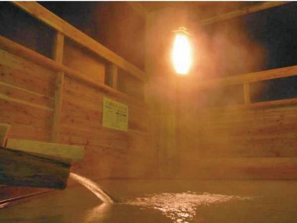 【露天風呂】露天風呂は中温。内風呂に高温と低温。3種の湯温に調整した浴槽を楽しんで!