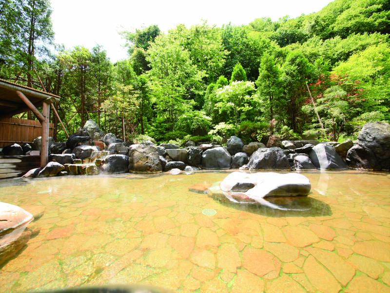 【地下2階大浴場/露天風呂(酸性鉄泉)】開放感溢れる空間で湯浴みを堪能!