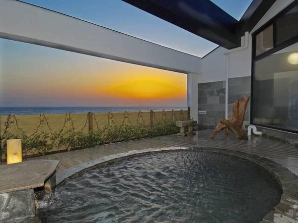 【茜色の海 あるじ栖】全室オーシャンビュー! 茜色に染まる海景色をお部屋やお風呂から一望。夕食は贅沢海鮮の懐石料理を堪能できる。お部屋食も可能な、源泉かけ流しの露天風呂付和室が人気。