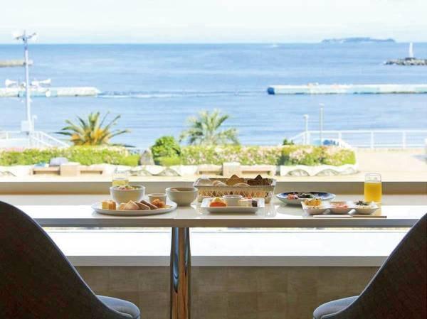【朝食/例】景色を楽しむカウンター席も!