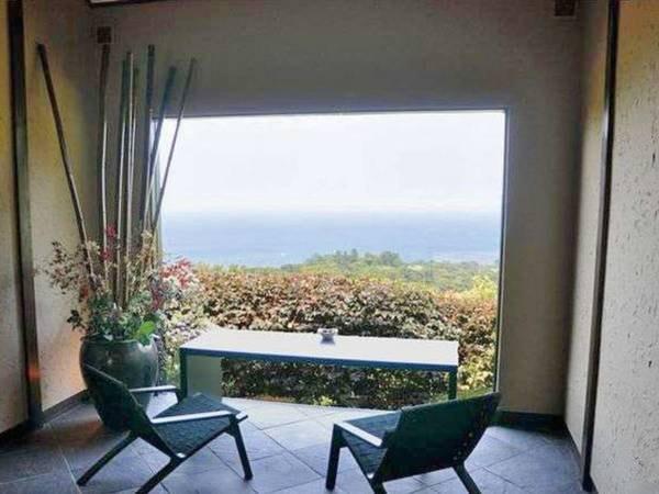 【ロビー】一枚ガラスから眼下に伊豆の海を眺める