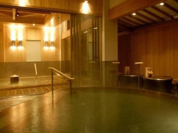 湯けむり漂う『水心鏡 満月風呂』