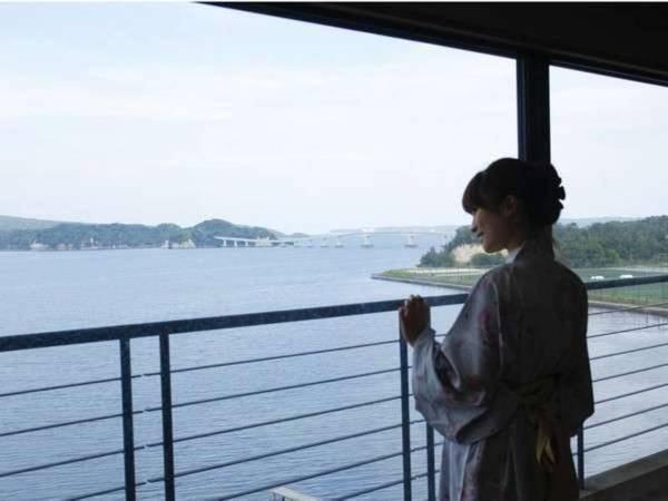 【和倉温泉 宿守屋 寿苑】全客室がオーシャンビュー!能登島と波穏やかな海の風景を眺める絶景宿。1200年の歴史を誇る良質の温泉に癒やされ、夕食は日本海の魚介と能登の山の幸をご賞味ください