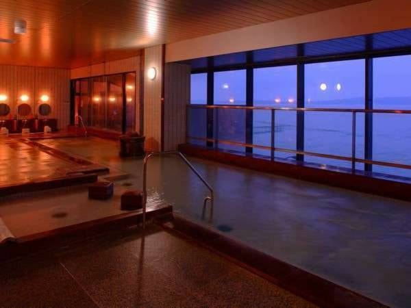 【大浴場「おはんの湯」】 広々としたお風呂と波穏やかな七尾湾の眺めが心と体を癒してくれます