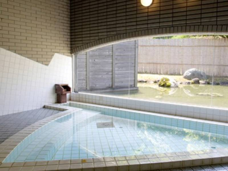 【館内浴場(宿泊者専用)】無色透明の温泉が体にすーっと染み込む