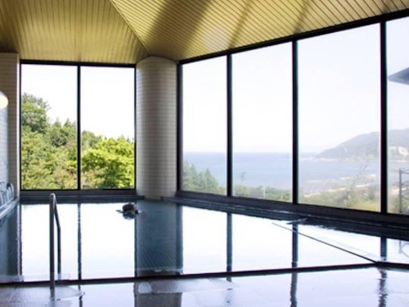 【大浴場】無色透明なお湯はなんと、北陸随一のラドン含有量!大自然の中で、日本海を眺めながら入る温泉は、日頃の疲れを忘れさせてくれる
