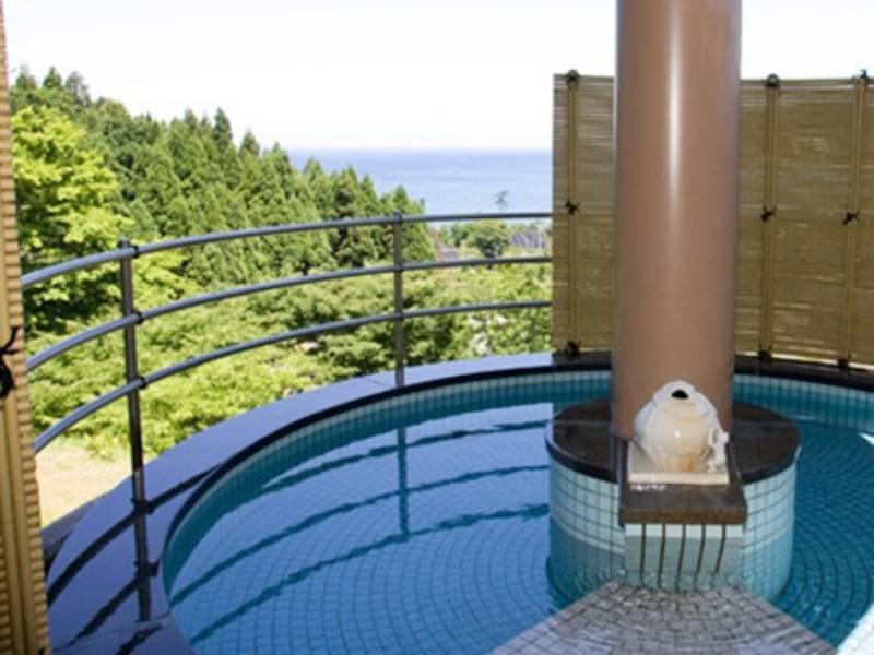 【露天風呂】日本海に沈む夕陽が一望できる大浴場と自然と一体になった開放感いっぱいの露天風呂