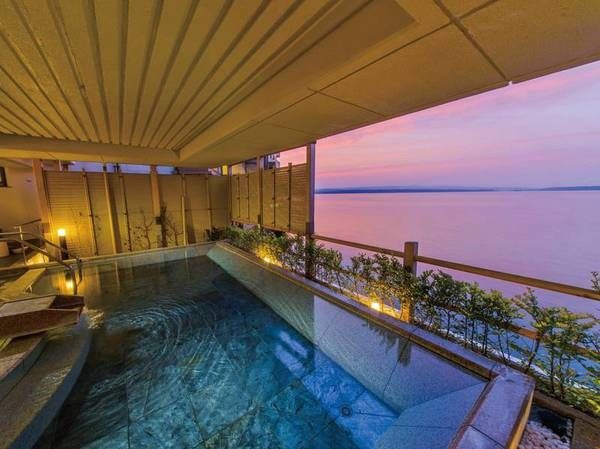 【和倉温泉 加賀屋】開湯1200年の名湯・和倉温泉で、多くの人々に愛されてきた宿「加賀屋」。 洗練された空間と見目麗しい料理、そして真心をこめたおもてなしに包まれる旅へ