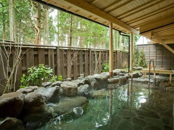 【大浴場/女湯】源泉は元箱根温泉の美肌の湯。森と一体感を感じる露天風呂は朝風呂が特にお薦め。