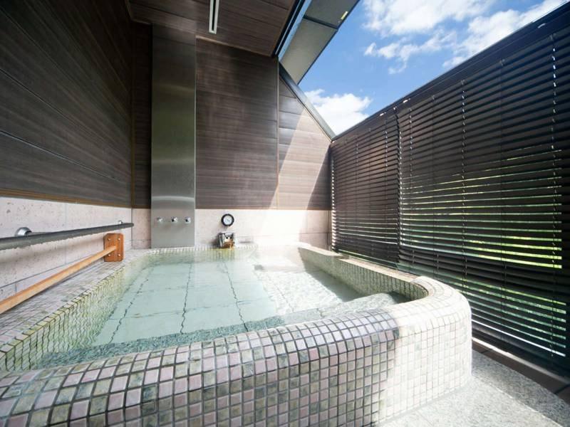 【無料貸切露天風呂 牡丹】明るい光が差し込む半露天風呂を貸切で楽しめる