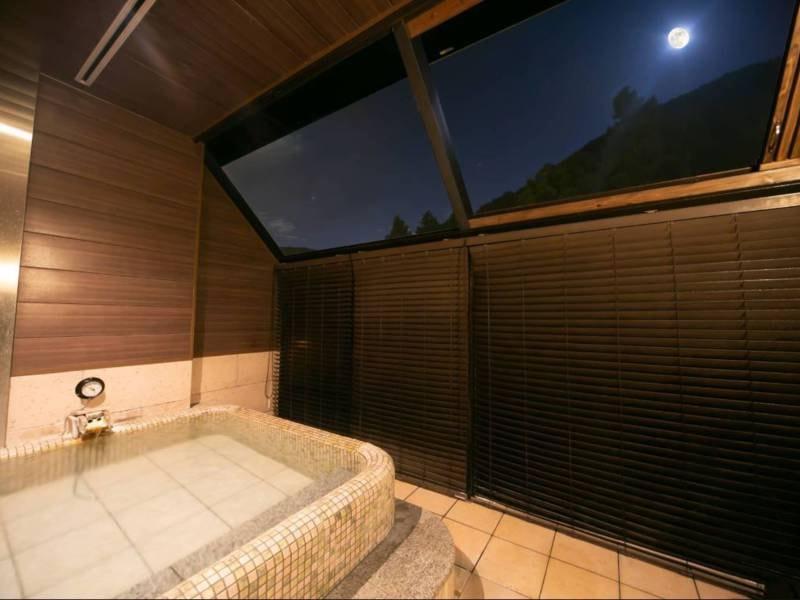 【無料貸切半露天風呂 牡丹】夜には星空を眺めながらゆったりと寛げる