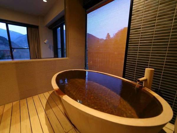 【半露天檜風呂スペシャルスイート禁煙 /例】珍しい舟形の檜風呂をお部屋にご用意