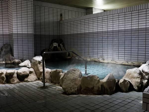 【湯の川温泉 ホテル雨宮館】函館アリーナ・はこだて市電~徒歩1分。JRA函館競馬場~徒歩5分。 はこだて湯の川温泉の源泉を100%利用した源泉かけ流しの温泉です。