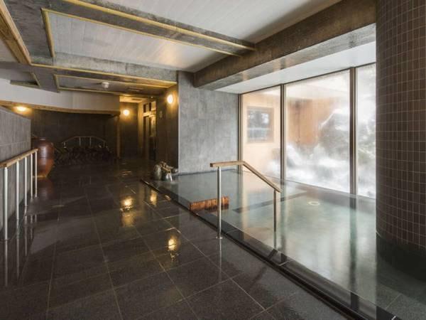 【定山渓温泉 ぬくもりの宿 ふる川】札幌から無料送迎バスを運行。道内では珍しい囲炉裏のある空間は、人々の温もりで溢れている