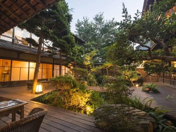 本館中庭/清々とした庭を眺めながらお食事がお愉しみいただけます