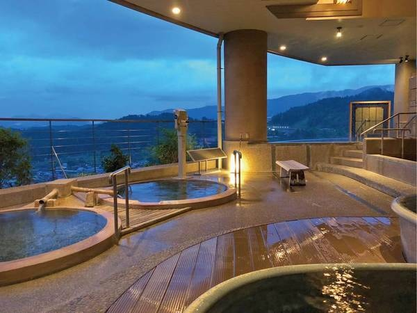 【ホテルアソシア高山リゾート】雄大な北アルプスを望む高山の丘に木々に囲まれるように建つホテル