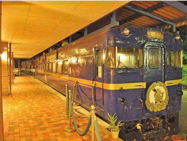 ホテルエントランス横にあるカラオケ列車