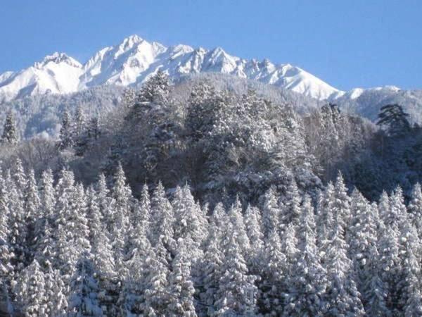 【西穂高ビューロッヂ】車で新穂高ロープウェイへ約6分、平湯温泉スキー場へ約15分、北アルプス登山口へ約7分の宿。目の前の清流では渓流釣りも可能。