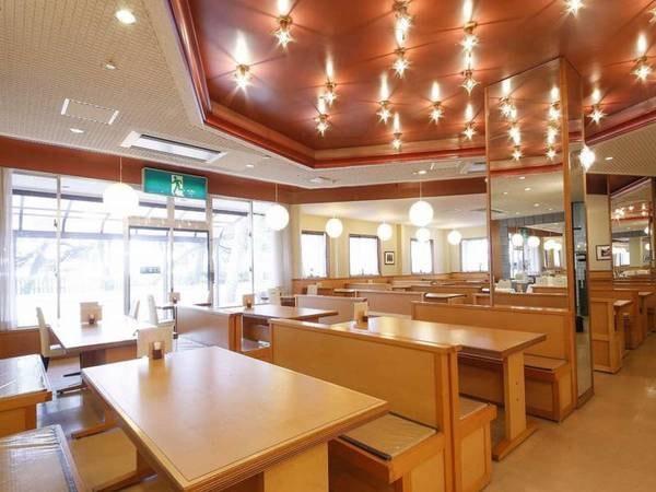 【レストラン/例】ベンチシートでゆったり寛げる食事会場