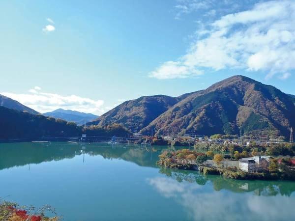 【丹沢湖】昭和53年(1978年)三保ダムの建設により出現した人造湖。自然の環境を大切にした美しい湖で、ボートやサイクリング、釣りなどが楽しめる。