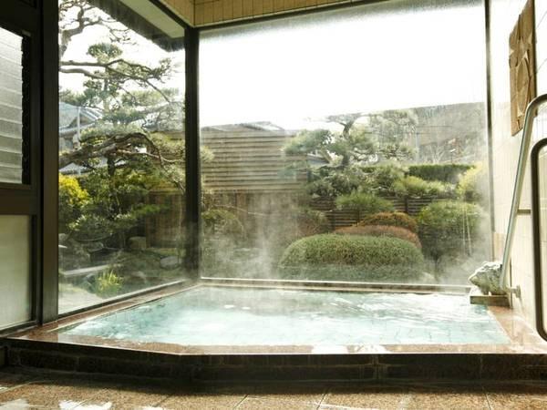 「大浴場」開放的な庭風呂です。