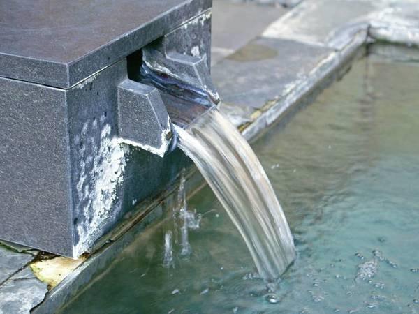 【月姫の湯】敷地内より湧き出る自家源泉掛け流しの湯が注がれております。