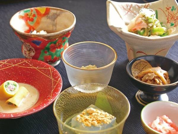 【朝食/例】月名物の「雲丹湯波葉餡かけ」や伊豆特産の金目鯛の魚も並ぶ
