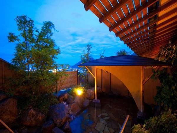 【眺望の宿 しおり】湧出量・源泉数ともに日本一を誇る別府温泉郷の1つである観海寺温泉の高台に佇む宿。湯けむりに染まる別府の街並みまでを見渡す眺望は、旅情たっぷり